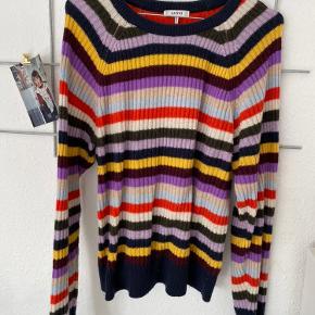 Sælger denne fine sweater fra Ganni. Den er lidt fnuldret efter brug og vask. Udover det, er standen rigtig fin! 🌸 lille i størrelsen og passer S-L alt efter hvor tæt man vil have den skal sidde.
