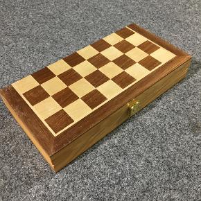 Sammenklappeligt skakspil i træ. Perfekt stand.
