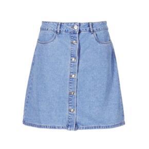 """Only denim nederdel i str 34. Standen er sat som """"god, men brugt"""", da jeg selv har brugt den en del. Nederdelen fejler dog intet. Nederdelen er i 100% bomuld."""