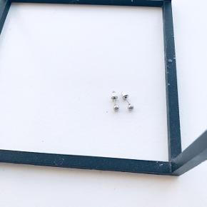 Fine øreringe i sølv 🌿 brugt et par gange, rigtig pæne! Ikke ægte sølv 🌷  Bemærk - afhentes ved Harald Jensens plads eller sendes med dao. Bytter ikke 🌸  ⭐️ Ørering øreringe sølv sølvfarvet