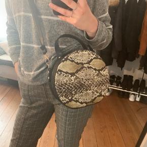 Jeg sælger en super rummelig og flot taske, da jeg ikke får den brugt.   Den er i virkelig god stand, og er perfekt til hverdag.