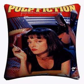 """Fedt pudebetræk med coveret fra filmen """"Pulp fiction""""🎬 Størrelse: 45 cm x 45 cm Fragt: 36,-💜"""