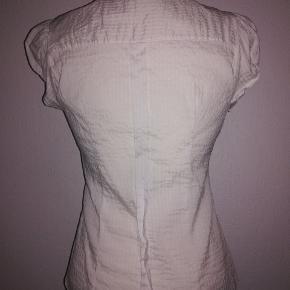 Faconsyet skjorte med korte ærmer.