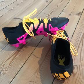 Sælger disse helt nye fodboldstøvler i farverne sort, orange og pink. De er kun prøvet på. Kan passes af måde mænd/drenge og kvinder/piger.