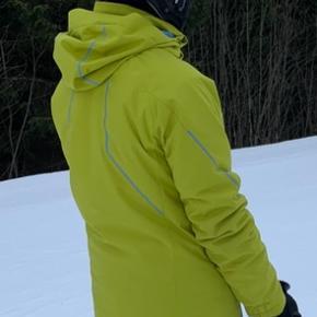 Kjus skijakke str. 176 (svarende til s/m). Købt brugt, og jeg har selv haft den på en enkelt gang.