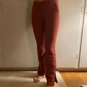 Brugt få gange, jeg har dog selv syet den lille knap på inde i bukserne, da den var fladet af!:)