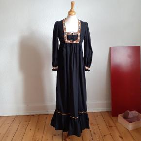 Engelsk vintage kjole i ren bomuld. Estimeret s. Der vil blive tilføjet billede af mærket.