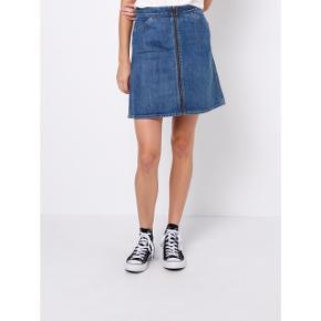 """Sælger min elskede Levis """"vintage"""" orange tab nederdel, da jeg ikke længere passer den. Den er lige det mindste til mig. Str 26.  Ny pris var 1000,-. Den er i a-form og uden stretch. Så fin med lynlåsen som er gennemgående. Orange tab er fra 1960'erne og var kendt som værende """"jeans with the famous fit"""". Items fra kollektionerne er siden hen gået hen og blot samleobjekter for vintage samlere.  #trendsalesfund"""