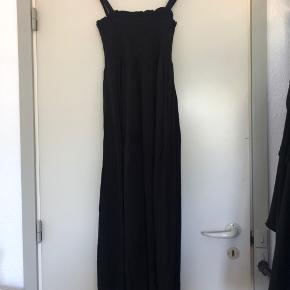 Aware by Vero Moda kjole i 100% viscose  Måler 105 cm fra top af kjole til bund.  Stropperne kan bindes op og justeres