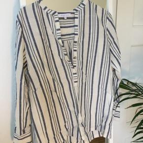 Jeg sælger denne skjorte fra Second Female i xs. Jeg har aldrig brudt mig om hvordan den sad på mig og har derfor knap nok gået med den.  Kom gerne med bud 💗