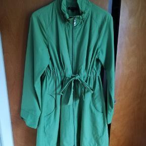 Lækker sommerjakke-frakke fra St Martins i klædeligt snit med lidt høj talje. Brugt, men velholdt og uden slid. Farven er klar lys grøn, bedst på 3.billede. Prisen er inkl forsendelse