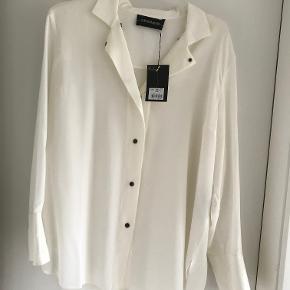 Silkeskjorte fra MB med trykknapper og meget fint snit. Aldrig brugt. Str. 40. Brystmål 60 cm x 2. Længde 79 cm