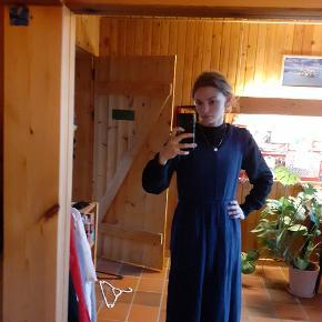 blå kjole 💙 str. M, her set på en XS
