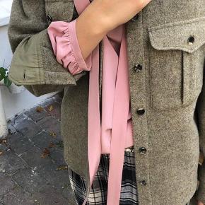 Isabel Marant skjorte/jakke. Farven hedder khaki, men er sådan grå/brun. Ikke brugt, fortsat med mærke. Rigtig lækker kavlitet