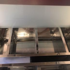 To badeværelsesskabe med glaslåger. Det største måler ca 60x25x12 cm. Det mindste måler ca 46x16x12 cm. Der er et par små buler på siderne. Trænger til en grundig rengøring!