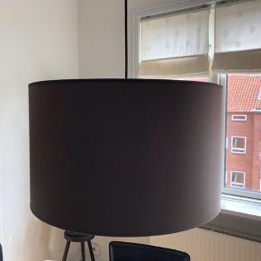 Lampeskærm og sort stofledning