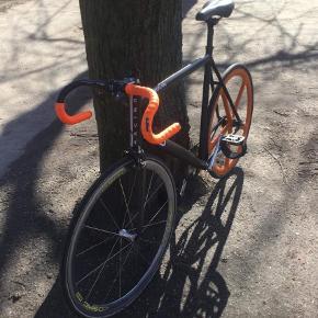 Brand: Movic Varetype: Cykel Størrelse: 61cm Farve: Sort Prisen angivet er inklusiv forsendelse.  Aerospoke rear wheel, movic front wheel, DOLAN frame, 3T handle, BLB Foot strap,  Frame size 61m.  Sælger denne cykel for min ven. Byd!!