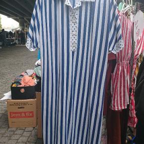 Vintage kjole med striber , polkaprikker og knapper .