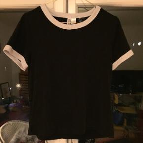Fin sort t-shirt med hvide kanter! Kan afhentes i Århus.