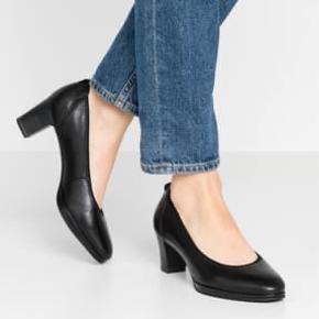 Helt nye meget skønne sorte sko. Super god pasform og komfort .  Er desværre kommet til at købe dem for store, og da de er brugt 1 gang, kan de ikke returneres .  Ny pris 599 Ekstra nedsat 250