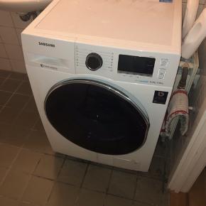 Vaske/tørre-maskine i god stand. Mangler en lille flig af gummiring i tromlen, som kan resultere i der kommer lidt vand ud af maskinen. Kan sagtens fikses, men på grund af flytning er det ikke gjort endnu.  2 år gammel.  Sælges billigt, kom med bud.   Mål: 82x60x60 cm.