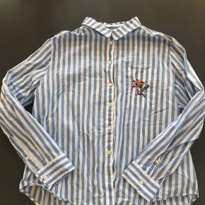 Fin skjorte med flot broderi. Brugt få gange og i stadig god kvalitet.