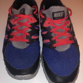 Mørkeblå Nike Free Run 2. Udelukkende brugt 1-2 gange, hvorfor skoene fremstår som nye. Oplagte til både fritid og fitness. Kan afhentes på Nørrebro eller sendes.