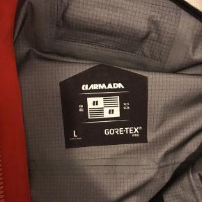 Aramada balfour skaljakke, str. Large.  Super lækker topklasse jakke til ski og outdoor. Den er med Goretex Pro, og 28.000mm vandtæthed/åndbarhed. Det fås ikke meget bedre, og jakken er fyldt med fede detaljer samt RECCO chip.  Ikke brugt meget og fremstår rigtig flot. Nypris ca 4500kr. Sælges pga oprydning.