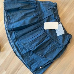 """Ny flot POMPdeLUX nederdel i """"denim look"""" men blød i stoffet. Str. 134/140. Regulerbar elastik i livet. Sender gerne med dao."""