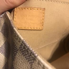 Sælger denne smukke Louis Vuitton taske, da jeg desværre ikke længere får den brugt. Den har nogle brugstegn i form af at det hvide på tasken, er blevet mere mørk end i starten, samt indvendig.  Tasken er perfekt til daglig brug og derudover også finere brug, da den sætter et smukt præg på dit outfit.   Æske og dustbag medfølger, og ville i have flere billeder send gerne en pb.