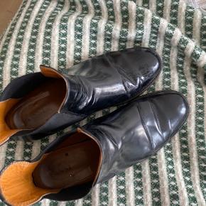 GANNI CHELSEA BOOTS STR.40   Brugt og har tydelig brug spor på både læder, inderside og hæl. Men læderet er stadig holdt pænt uden revner mm.   Sælger da de er for små.   Bytter ikke. Ingen retur. Priser er eks. Fragt.  Tager kun imod seriøse bud. Måler ikke hvis mærket har en size guide.  Laver gerne et tilbud ved køb af flere ting på profilen.  Har følgende mærker på profil:  Ganni, Mads Nørgaard, commes des garcons, cos, hm, ZARA, Ganni, uniqlo, Malene Birger, lovechild mm.