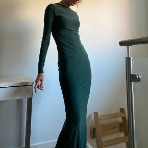 Virkelig smuk galla kjole!  Jeg er 167 høj, og den er for lang til mig. Den kan dog nemt lægges op.  Jeg er xs og den passer mig godt, men mærket siger nu engang s :)