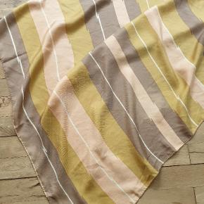 Pierre Cardin / Terrin Marseille. Vintage silke tørklæde. Det har nogle lysere områder i printet to steder, se nærbilleder. I perfekt stand havde man prissat et tærklæde som dette til 1200,- men de to fejl afspejles i prisen. Det måler 75 x 75.