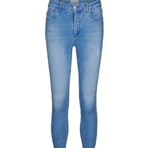 """Kunne ikke finde et billede af de præcise bukser, men de er identiske med dem på billedet. Det eneste de bukser jeg sælger ikke har, er det lille lys """"rip"""", eller hvad det hedder på låret.  Der er meget stræk i jeansne.  Str. XS/32"""