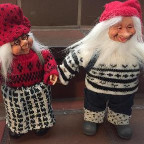 Varetype: julemandStørrelse: 28-29 cm Farve: se foto  super flot nissepar med Julemand og kone, ca 28-29 cm er som nye.  sælges kun da vi er flyttet i mindre hus og ikke har plads til dem.  de er så flotte i deres strikket tøj, fået i gave så aner ikke hvor de er købt eller hvad de har kostet.