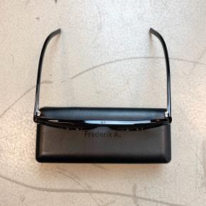 OBS! Privatbeskeder og kommentarer besvares som udgangspunkt ikke. Prisen er fast.  (78) Flot brille fra Dior Homme. Har en tydelig ridse på det ene glas, men fremstår ellers flot. Originalt etui haves ikke, men der medfølger et sleeve til dem.