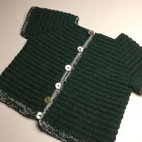 Fin hjemme-hæklet vest til baby i merino uld med glitter detaljer ✨ få blot 175kr får du en lækker vest og en matchende suttesnor til 🌸  Kan laves i følgende størrelser: 1-3 mdr, 3-6 mdr og 6-9 mdr 💗    Jeg er åben for farveønsker og andet.