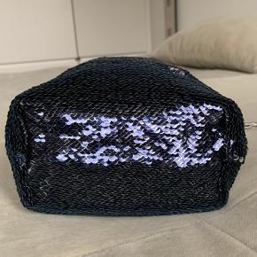 Smuk palietter/fest taske, aldrig brugt.   Køber betaler ts gebyr