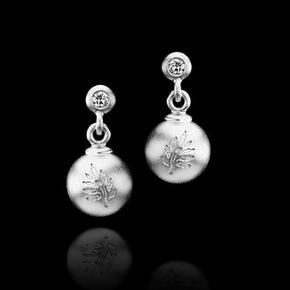 Julie Sandlau ørestikker med en sølv-kugle og en ørestik med en zirkon i øverst, de er ikke brugt.  De er ikke brugt, men er en gammel model, fra Classic-kollektionen.  De er 1,8 cm. lange, og i massiv sølv, men ikke tunge i det.  Inden de sendes, renses de.  Værdi: 1500 kr. Pris: 550 kr. eller bud.