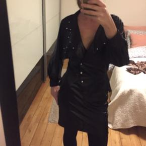 Vintage kjole i læderlook med nitter fra det gyldne dådyr