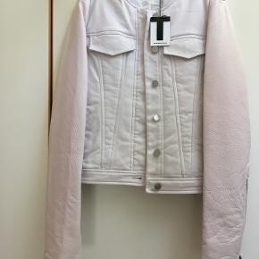 Helt vildt fin jakke med lyserøde læderærmer. Den er pæn til almindelige jeans, men passer også godt til en mellemlang kjole.  Er lige flyttet og sælger den pga. pladsmangel. Aldrig brugt. Røverkøb :-)  Opbevaret i dragtpose. Ikke-ryger, ingen husdyr.