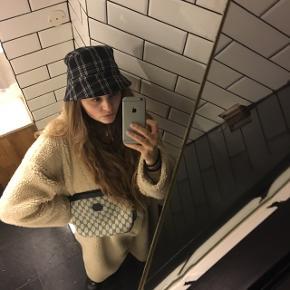 Ternet bøllehat fra Monki sælges, da jeg bare ikke går med hatte 🤯🧢   Kan passe ethvert outfit, da det er neutral i farverne, men med mønstret pifter det op ⛓🖤  Byd endelig - prisen er uden fragt 💜💚❤️