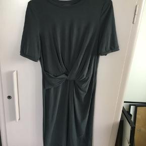 Selected Femme kjole i mørkegrå / sort. Materialet er 68% modal og 32% polyester