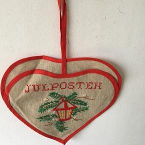 I gamle dage fik man julekort med posten og og havde et fint sted til at gemme dem. Selv om man ikke får så mange hilsner med posten mere så pynter det jo alligevel. - måske kan man samle familiens ønskesedler her. Måler 26x22 excl strop, Pris kr 25