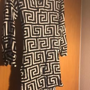 Fin Weekday kjole med print, som kun er prøvet på én gang.