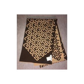 • Lækker halstørklæde fra Dolce&Gabbana  • Kun prøvet • Ægteheds-bevis på billede nr 3 • skriv for info, eller flere billeder • Brun, & beige på den anden side og med DG logoet på • Mængde-rabat gives, så tjek min side🤍  • Sendes på købers regning🌟