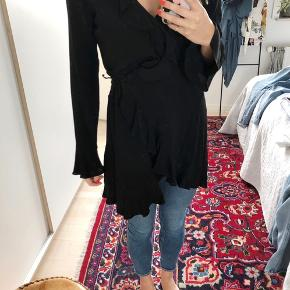 Envii slå om kjole i sort.  Brugt få gange. Rigtig fin med og uden bukser.  Stor i str.   Mindste pris uden porto: 100kr. 🌸