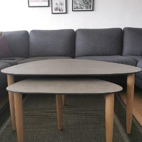 Kom med et bud. Sofabordet er i grå beton look og ben i ubehandlet egetræ. Fejler absolut ingenting- fremstår helt som ny.   Ny pris: 5000