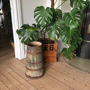 Super skøn gammel træspand med metalbånd. Super fin til fx gavebånd eller paraplyer. H47 cm. Pris 275,- kr.