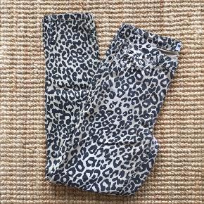 """Leo jeans fra """"We love"""" i str. 28. Købt i Utzon. Ved køb af flere ting sælges til en samlet (billigere) pris."""